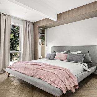 Пример оригинального дизайна: хозяйская спальня среднего размера в стиле модернизм с серыми стенами, полом из керамогранита и коричневым полом