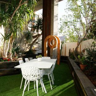Diseño de jardín contemporáneo, de tamaño medio, en primavera, en azotea, con brasero, exposición parcial al sol y mantillo