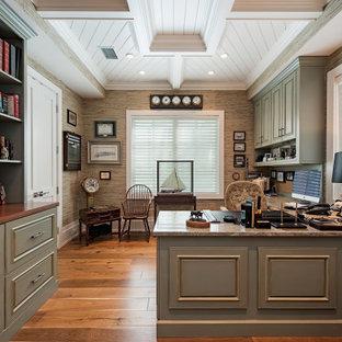 Idéer för maritima hemmabibliotek, med flerfärgade väggar, mellanmörkt trägolv, ett inbyggt skrivbord och brunt golv