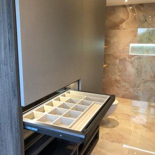 Modern inredning av ett litet walk-in-closet, med klinkergolv i porslin och rosa golv