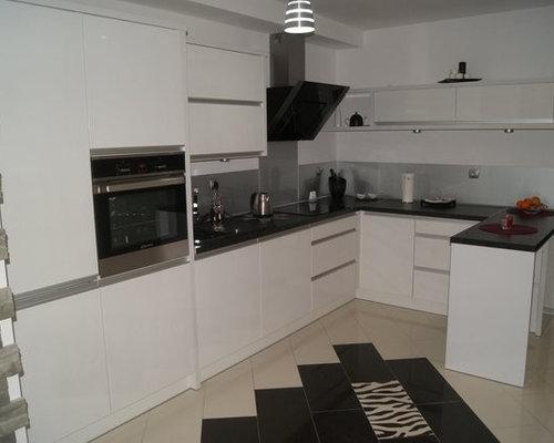 L Küche in weiß mit schwarzer Arbeitsplatte und Edelstahl Rückwand