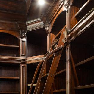 Idee per una grande cabina armadio per uomo tradizionale con nessun'anta, ante in legno bruno, pavimento in legno massello medio, pavimento multicolore e soffitto a cassettoni