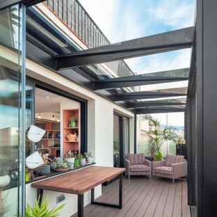 Modelo de terraza actual, de tamaño medio, en azotea, con chimenea, pérgola y barandilla de metal