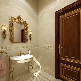 Idée de décoration pour un WC et toilettes victorien de taille moyenne avec un plan de toilette en marbre, un carrelage beige, un mur beige, un sol en marbre, un lavabo posé et du carrelage en marbre.