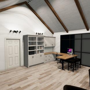 Diseño de despacho abovedado y machihembrado, de estilo de casa de campo, grande, machihembrado, con paredes blancas, suelo de baldosas de cerámica, todas las chimeneas, marco de chimenea de baldosas y/o azulejos, escritorio independiente, suelo marrón y machihembrado