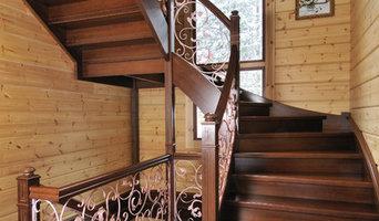 Деревянная лестница с кованым ограждением