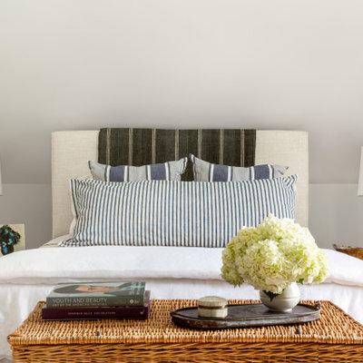 Inspiration for a cottage home design remodel in Bridgeport
