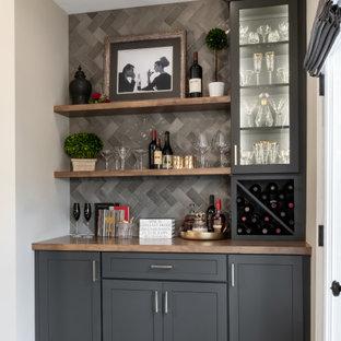 セントルイスの小さいトランジショナルスタイルのおしゃれなドライ バー (I型、シンクなし、落し込みパネル扉のキャビネット、グレーのキャビネット、木材カウンター、グレーのキッチンパネル、セラミックタイルのキッチンパネル、無垢フローリング、茶色い床、茶色いキッチンカウンター) の写真
