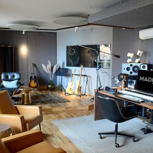 ハンブルクの巨大なコンテンポラリースタイルのおしゃれなアトリエ・スタジオ (グレーの壁、淡色無垢フローリング、自立型机、茶色い床、壁紙、グレーの天井) の写真