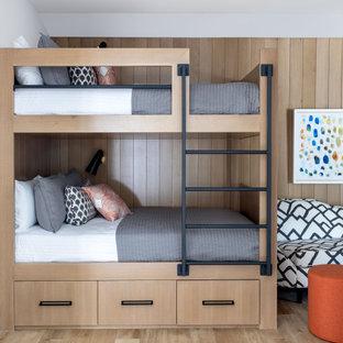 Стильный дизайн: большая детская в стиле современная классика с коричневыми стенами, светлым паркетным полом, коричневым полом и деревянными стенами - последний тренд