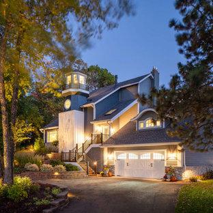 Großes, Dreistöckiges, Blaues, Blaues Maritimes Einfamilienhaus mit Holzfassade, Satteldach, Schindeldach und Wandpaneelen in Minneapolis