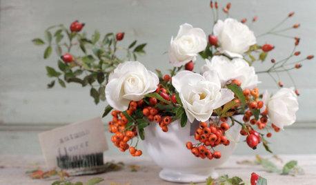 Composizione di Fiori per la Tavola con Rose e Bacche