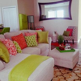Foto di un soggiorno chic di medie dimensioni e aperto con pareti verdi, pavimento con piastrelle in ceramica e TV autoportante