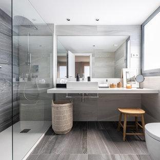Imagen de cuarto de baño flotante, actual, pequeño, con baldosas y/o azulejos beige, baldosas y/o azulejos de cerámica, paredes beige, suelo de baldosas de cerámica y suelo marrón