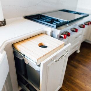 Esempio di una grande cucina ad U minimalista con lavello stile country, ante con bugna sagomata, ante bianche, top in quarzite, paraspruzzi bianco, elettrodomestici in acciaio inossidabile, parquet scuro, isola e pavimento marrone