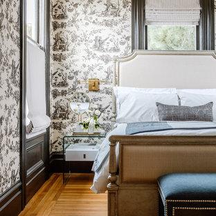 Ispirazione per una camera matrimoniale vittoriana di medie dimensioni con pareti nere, parquet chiaro e pavimento marrone