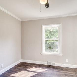 ボルチモアの広いトラディショナルスタイルのおしゃれな客用寝室 (グレーの壁、無垢フローリング、茶色い床、ベージュの天井) のインテリア