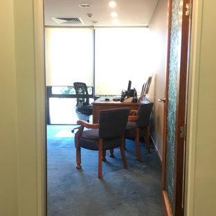 Großes Modernes Arbeitszimmer mit Arbeitsplatz, brauner Wandfarbe, Teppichboden, freistehendem Schreibtisch und türkisem Boden in Brisbane