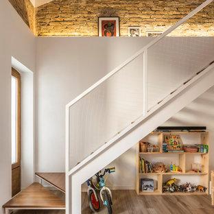 Idee per una piccola scala a rampa dritta mediterranea con pedata in legno, nessuna alzata, parapetto in materiali misti e pareti in mattoni