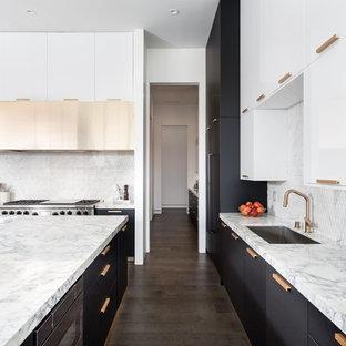 ラスベガスの大きいコンテンポラリースタイルのおしゃれなキッチン (フラットパネル扉のキャビネット、マルチカラーのキッチンカウンター) の写真
