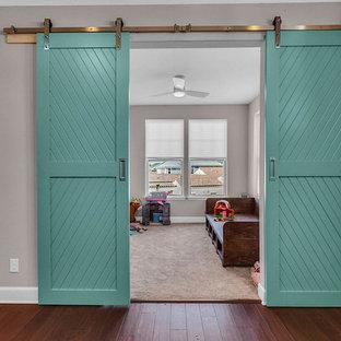 Foto de habitación de bebé neutra clásica renovada, de tamaño medio, con paredes grises, moqueta y suelo beige