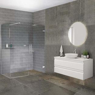 Nordisches Badezimmer mit lila Wandfarbe, weißem Boden, Tapetendecke und Tapetenwänden in Hamburg