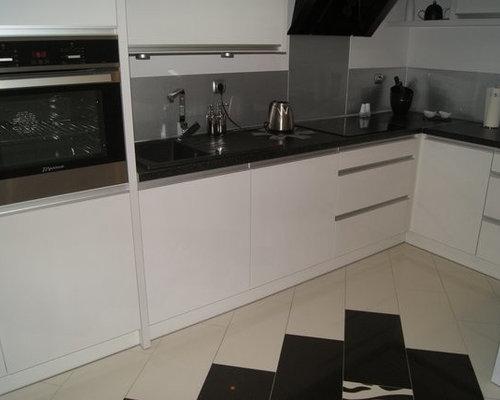l k che in wei mit schwarzer arbeitsplatte und edelstahl r ckwand. Black Bedroom Furniture Sets. Home Design Ideas