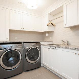 Inspiration för en mellanstor funkis beige l-formad beige tvättstuga enbart för tvätt, med en nedsänkt diskho, skåp i shakerstil, vita skåp, bänkskiva i kvartsit, beige stänkskydd, stänkskydd i stickkakel, klinkergolv i keramik, en tvättmaskin och torktumlare bredvid varandra och beiget golv