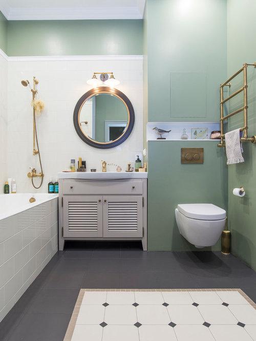 Salle de bain avec un placard porte persienne et un wc for Placard suspendu salle de bain