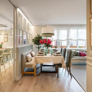 На фото: большая гостиная-столовая в классическом стиле с зелеными стенами, полом из ламината, бежевым полом, многоуровневым потолком и обоями на стенах без камина с