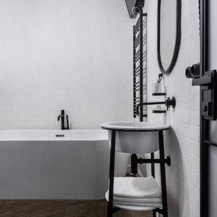 Свежая идея для дизайна: главная ванная комната среднего размера в стиле лофт с отдельно стоящей ванной, душевой комнатой, консольной раковиной и тумбой под одну раковину - отличное фото интерьера