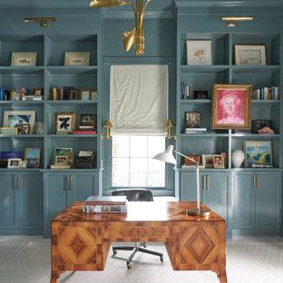 Großes Klassisches Arbeitszimmer ohne Kamin mit Arbeitsplatz, blauer Wandfarbe, hellem Holzboden, freistehendem Schreibtisch und weißem Boden in New Orleans