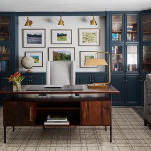 Свежая идея для дизайна: рабочее место в стиле неоклассика (современная классика) с белыми стенами, встроенным рабочим столом, серым полом и деревянным потолком - отличное фото интерьера