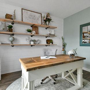 コロンバスの中くらいのカントリー風おしゃれな書斎 (グレーの壁、クッションフロア、自立型机、茶色い床、塗装板張りの壁) の写真