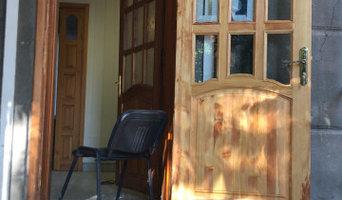 Входная дверь из массива лиственницы с остеклением