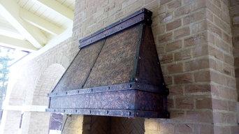 Вытяжной медный зонт над мангалом.