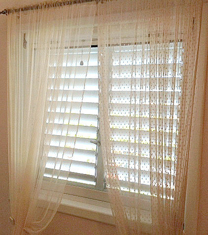 2 different curtains on both window in dusty rose