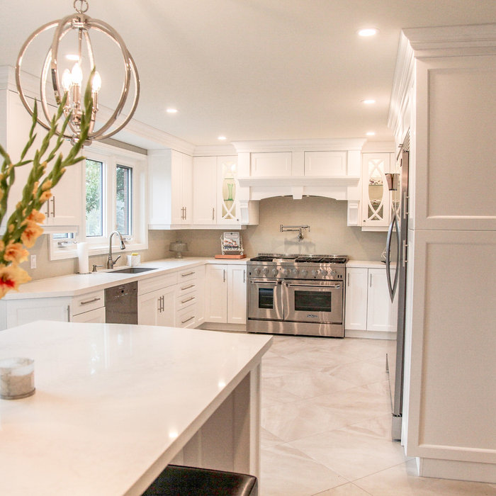 Elegant home design photo in Toronto