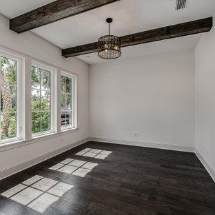 Idéer för ett stort medelhavsstil hemmabibliotek, med vita väggar, mellanmörkt trägolv och brunt golv