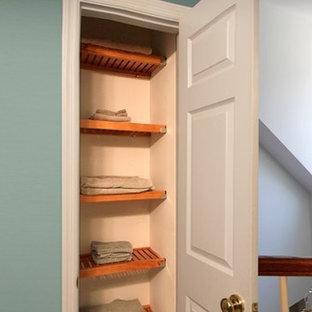 Ispirazione per un piccolo armadio o armadio a muro chic