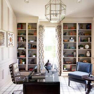 フィラデルフィアのトラディショナルスタイルのおしゃれなホームオフィス・書斎 (カーペット敷き、自立型机、羽目板の壁) の写真