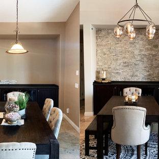 Пример оригинального дизайна: кухня-столовая среднего размера в стиле рустика с серыми стенами, полом из травертина, фасадом камина из каменной кладки, бежевым полом, многоуровневым потолком и кирпичными стенами без камина