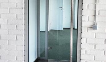 Стеклянные перегородки и двери