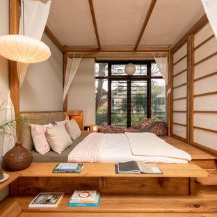 Свежая идея для дизайна: спальня в восточном стиле с кроватью у окна - отличное фото интерьера