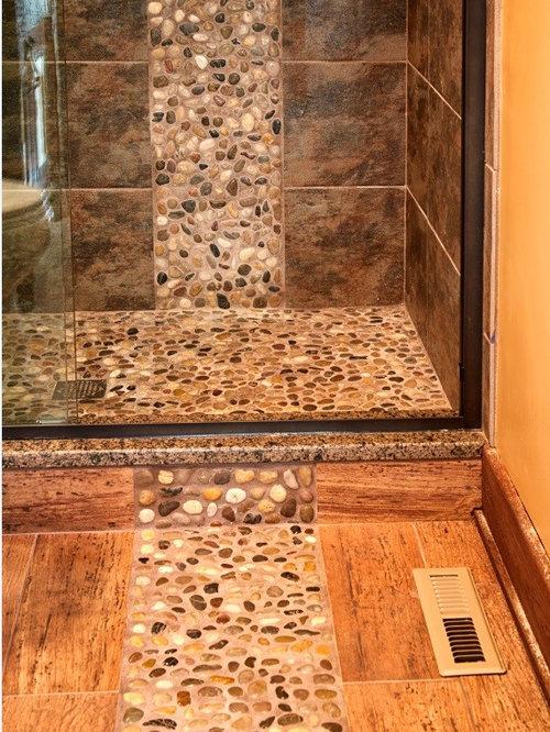 Salle de bain avec un carrelage marron et une plaque de - Plaque pour recouvrir carrelage salle de bain ...