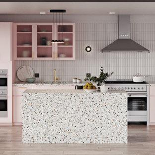 Einzeilige Moderne Wohnküche mit Unterbauwaschbecken, Glasfronten, Arbeitsplatte aus Terrazzo, Küchenrückwand in Weiß, Rückwand aus Keramikfliesen, Küchengeräten aus Edelstahl, hellem Holzboden und Kücheninsel in New York