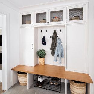 Ispirazione per un ingresso con anticamera chic con pareti bianche e pareti in perlinato