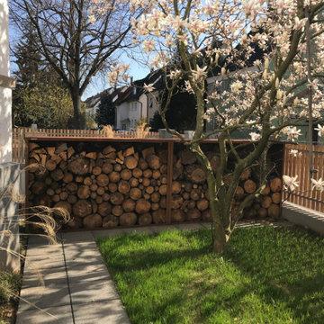 Die blühende Magnolie vor dem Corten-Holzlager