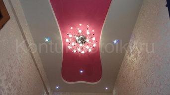 Двухуровневый натяжной потолок с точечными светильниками.