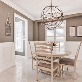トロントの中サイズのトランジショナルスタイルのおしゃれなダイニングキッチン (茶色い壁、大理石の床、暖炉なし、白い床) の写真